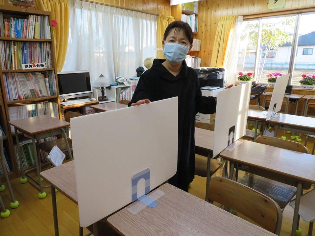 横山学習塾では飛沫対策ガードを設置しています